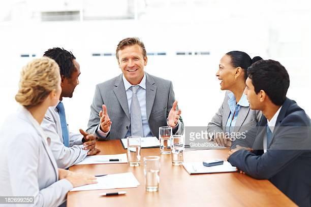 Glückliche Gruppe von Geschäftsleuten sitzen in einem meeting