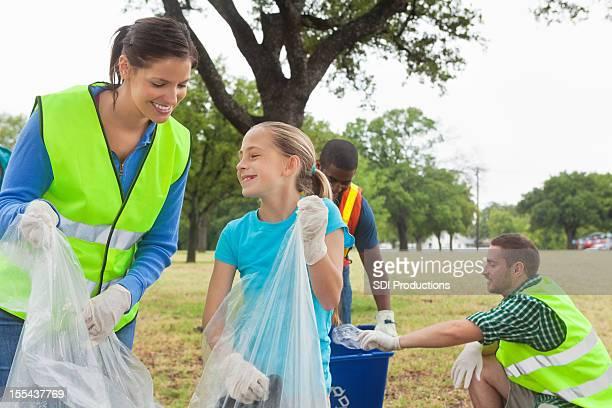 Glückliche Gruppe von freiwilligen recycling Gemeinschaft und Reinigungsarbeiten bis park