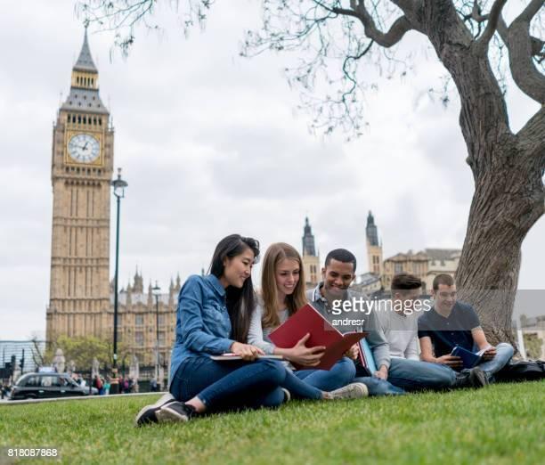 ロンドンで英語学生の幸せなグループ