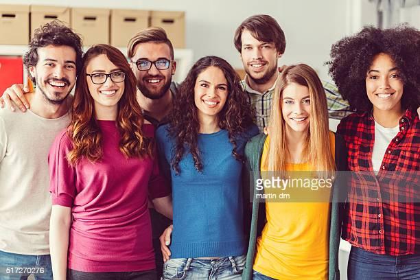 Glücklich eine Gruppe von Absolventen schaut an die Kamera