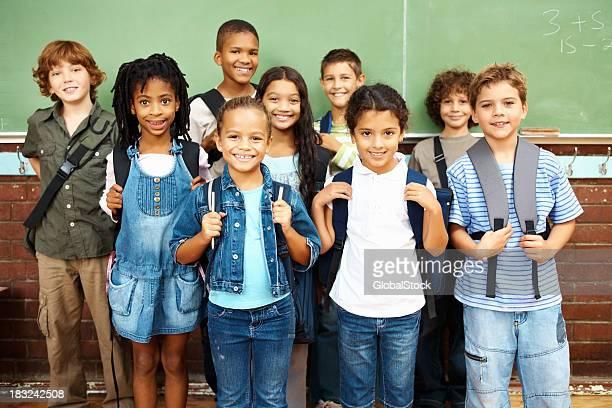 Glückliche Gruppe von Schülern stehen gemeinsam Lächeln