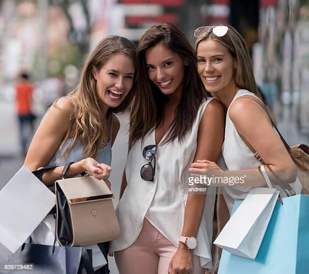 Groupe heureux de shopping femmes