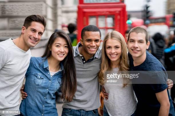 ロンドンの観光客の幸せなグループ