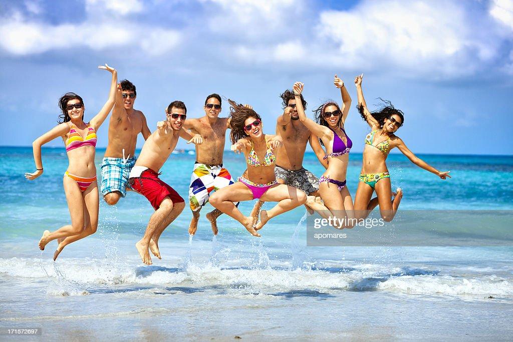 Glückliche Gruppe von Jugendlichen jumping auf einer beach-party : Stock-Foto