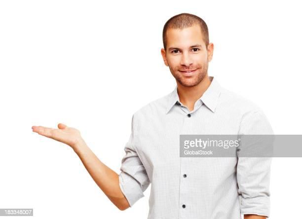 Heureux gars gestes quelque chose sur la paume de la main