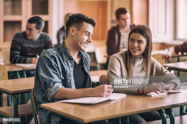 Gelukkig middelbare schoolvrienden praten in de klas.