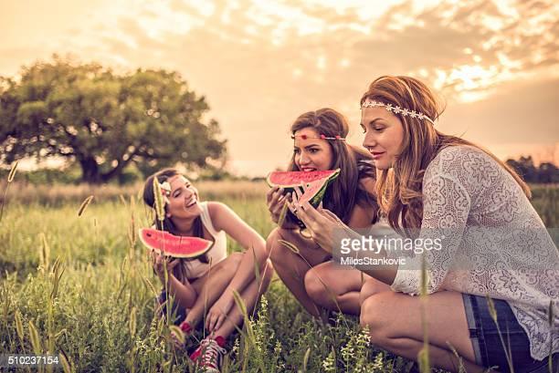 Heureux jeunes branchés dans le champ