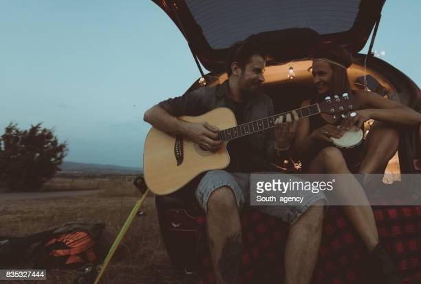 Glücklich Hipster Instrumente spielen