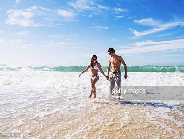 Glückliche hispanische paar, die Spaß am Meer in den Tag.