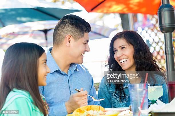 Hispanique heureux couple ayant un repas avec les enfants dans le restaurant
