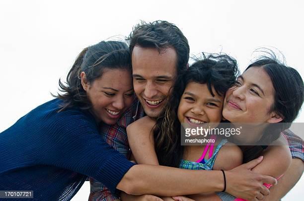 Feliz familia hispana en la playa