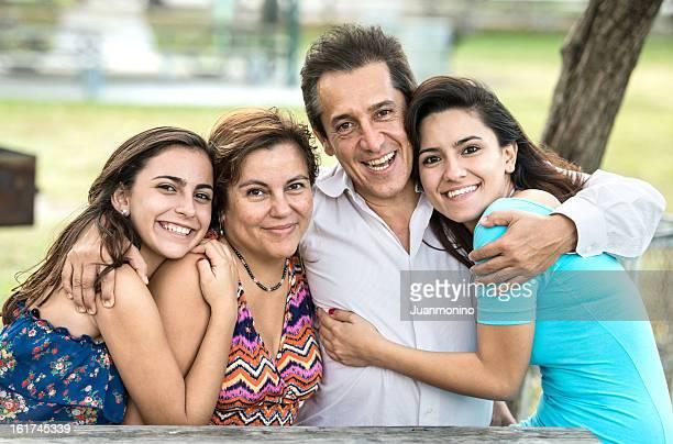 Feliz familia hispana