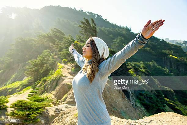 Feliz mujer hispana al aire libre, en un hermoso lugar