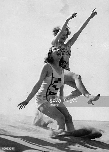 Happy holidaymakers in the sand at the Lancashire resort Photograph England 20th June 1936 [Frhliche Urlauberinnen im Sand im Lancashire Resort...