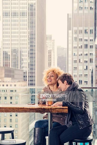 Happy hour für Freundinnen auf der Terrasse auf dem Dach in New York.