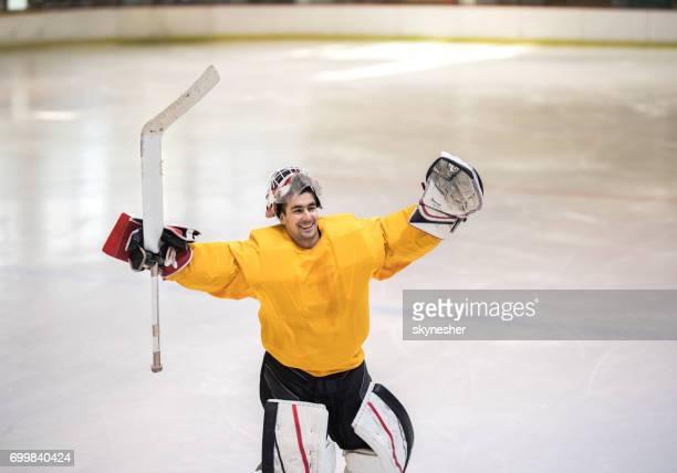 Heureux hockey sur glace célébrant le succès dans une patinoire.