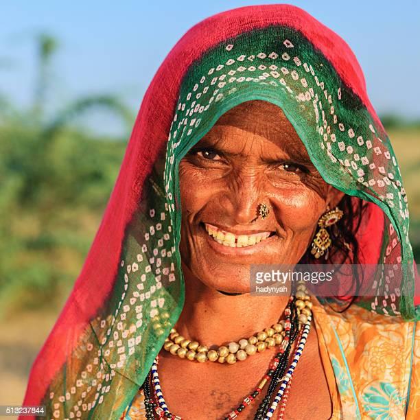 Glücklich indischen alte Frau in Wüste village, India