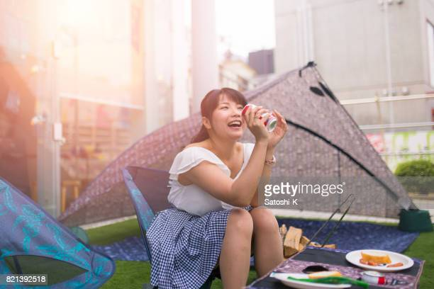 Heureuse femme japonaise en BBQ party