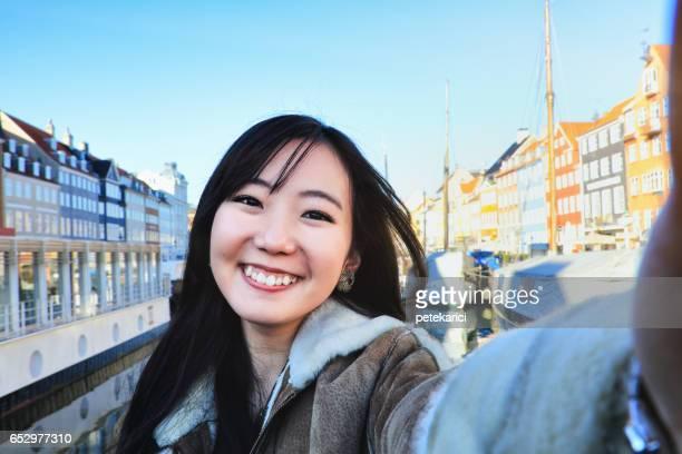 Selfie、コペンハーゲンのニューハウンの幸せな日本人女性観光