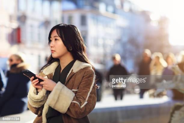 スマート フォン、コペンハーゲンを使用して幸せな日本女