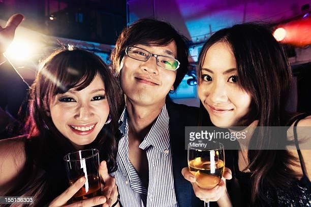 ハッピーな日本の若者のパーティやドリンクで、東京のナイトクラブ