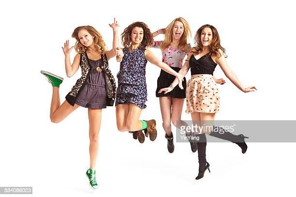 Glückliche Teen Mädchen springen auf weißem Hintergrund