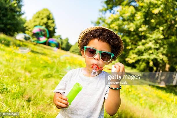 Feliz criança mandar bolhas