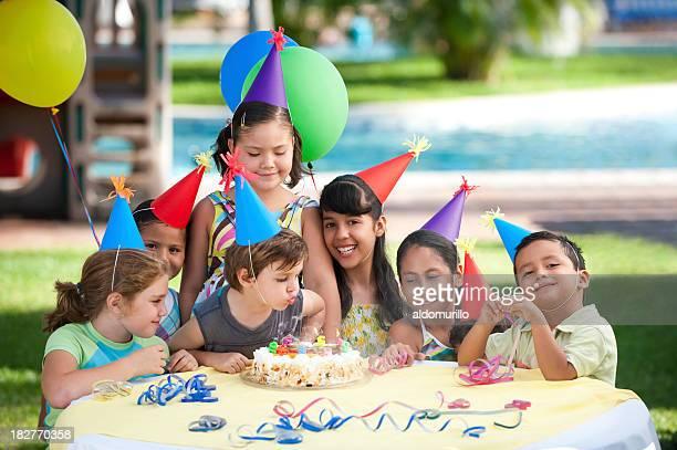 Glückliche Kinder genießen die party