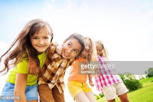 Glückliche Kinder umarmen toggether : Stock-Foto