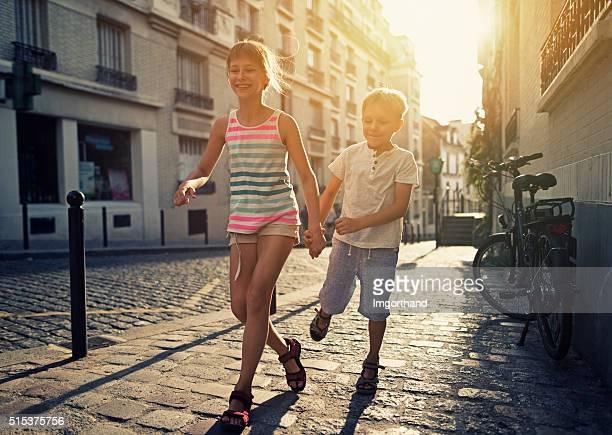 Heureux enfants courir dans la rue de Paris de Montmartre