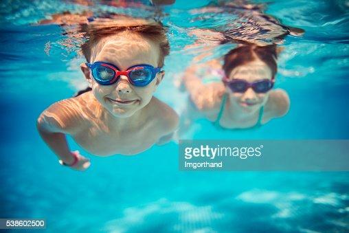 お子様用プールでは、水中のプール