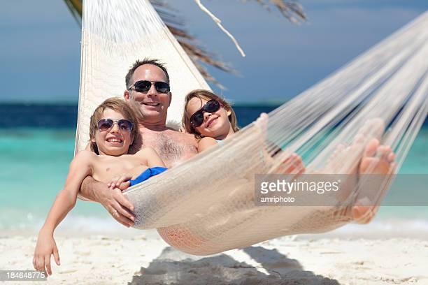 Heureux enfants avec le père dans un hamac
