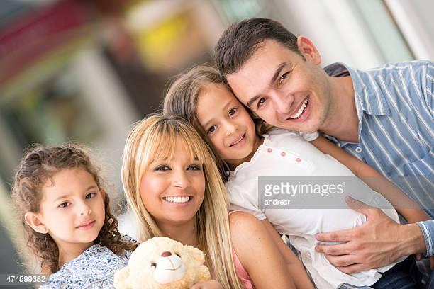 Glücklich Latin Familie im Einkaufszentrum