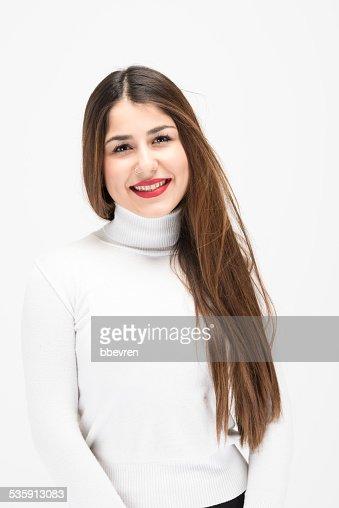 Feliz Latina chica con el pelo recto largo posando con confianza : Foto de stock