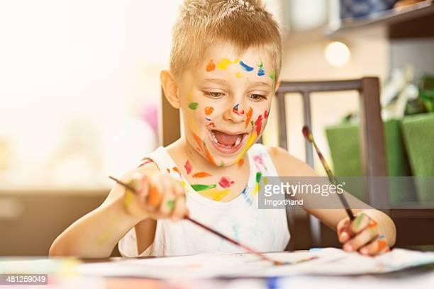 Felice piccolo artista pittura