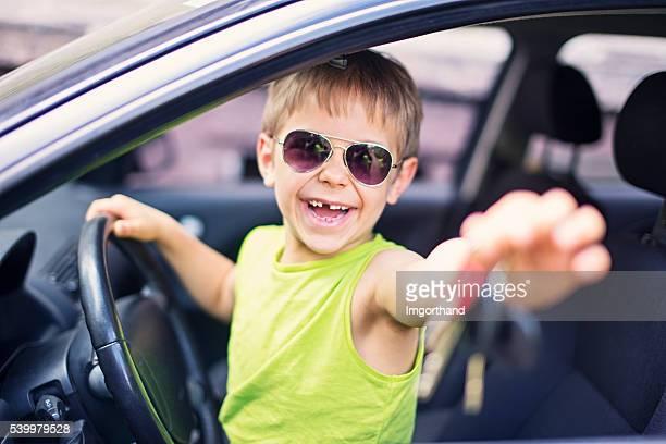 Glücklich kleiner Junge Anreise über den gegenwärtigen