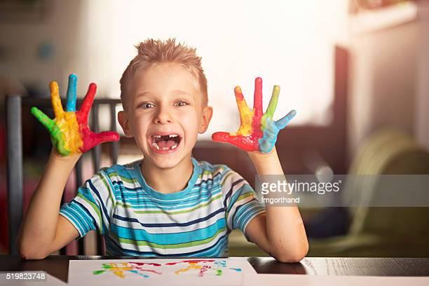 Felice piccolo ragazzo Dipinto con le mani