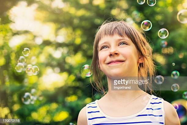 Heureuse petite fille et bulles