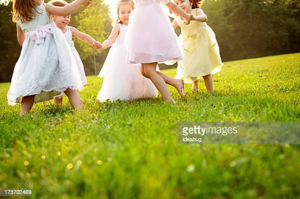Heureux jeunes filles danser dans un cercle extérieur