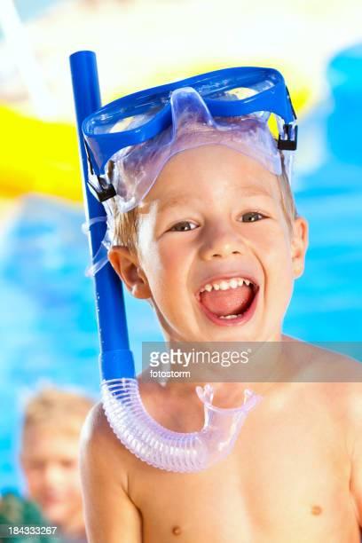 幸せな小さな Snorkeler