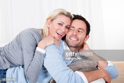 Happy man and woman cuddling : Stockfoto