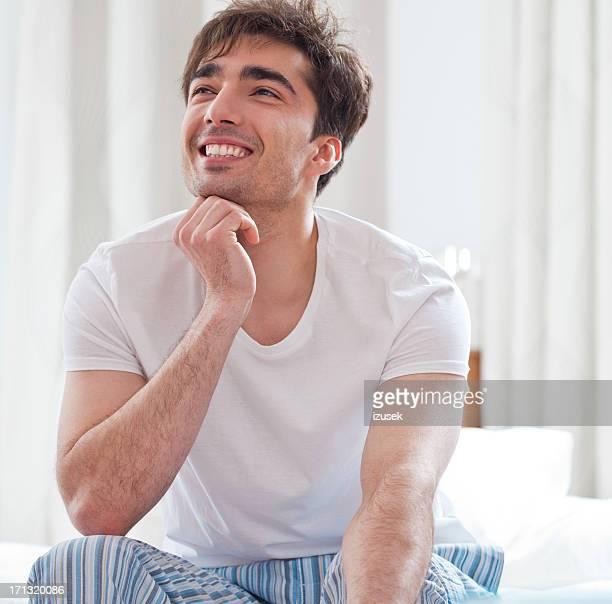Uomo felice godendo di mattina