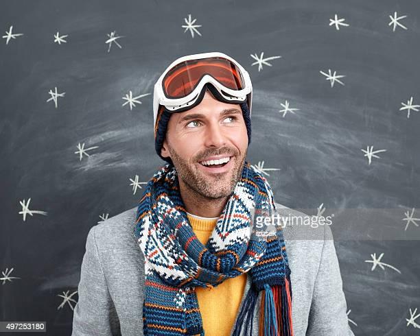 Glücklicher Mann im winter outfit gegen Tafel