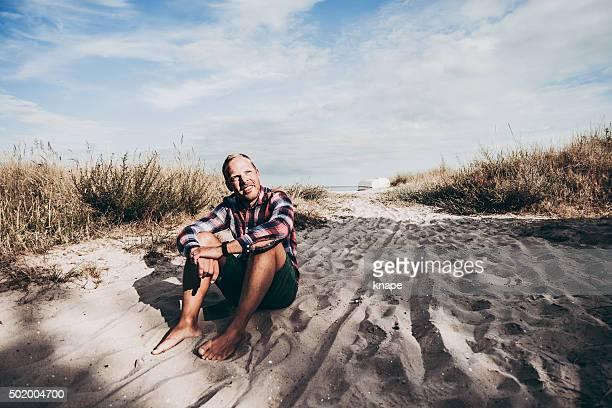 Glücklicher Mann Entspannen am Strand
