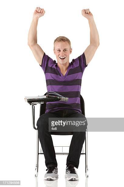 Heureux homme assis dans un fauteuil de bureau avec son bras