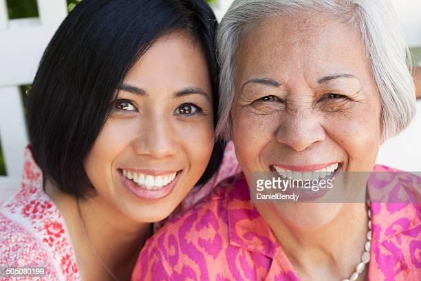 Glückliche Ältere asiatische Frau & Tochter