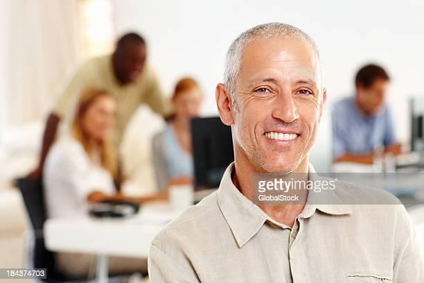 Heureux Homme d'affaires d'âge mûr