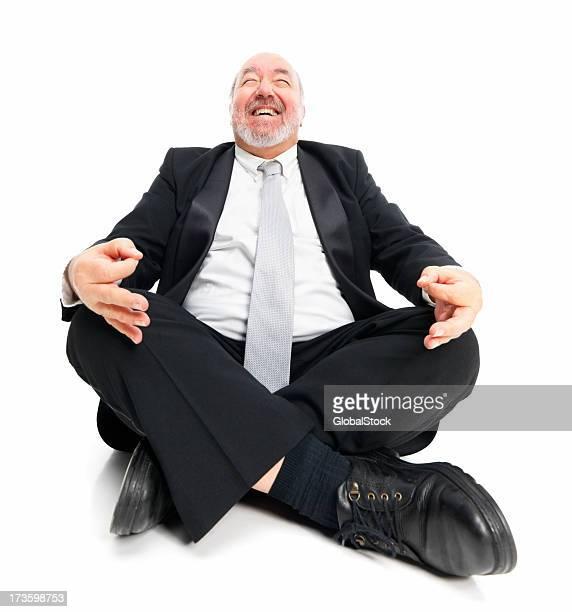 Happy mature Ejecutivo sentado en posición de loto