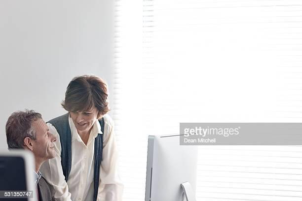 Heureux hommes d'affaires mature au travail
