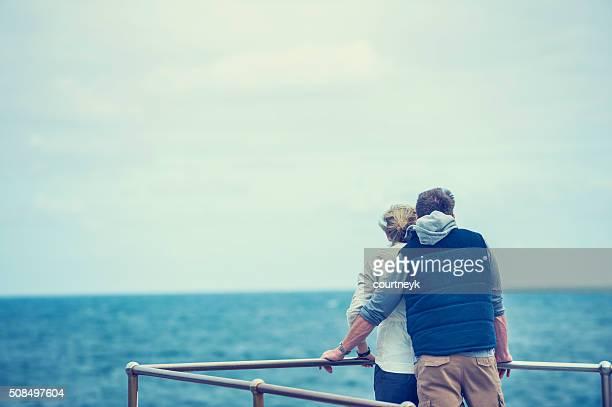 幸せな成熟したカップルはビーチで。
